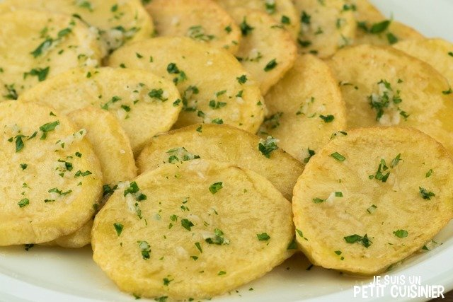 Rondelles de pommes de terre frites à la vinaigrette d'ail et persil
