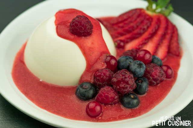 panna cotta au sirop de rose et fruits rouges