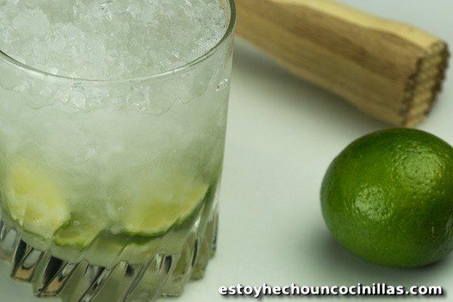 Caïpiroska (caïpirinha au vodka). Cocktail à la glace pilée