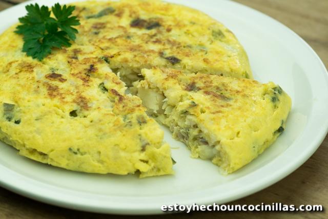 Omelette à la morue et oignon nouveau façon tortilla espagnole.