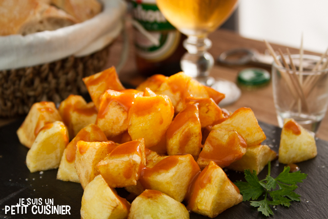 Patates braves (patatas bravas). Tapas espagnoles.