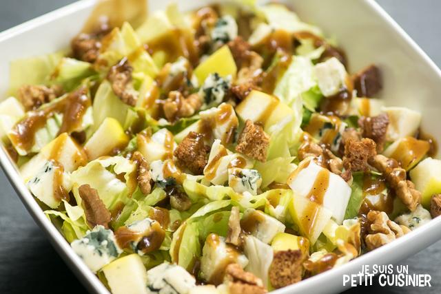 Salade de chicorée pain de sucre aux pommes, roquefort et noix