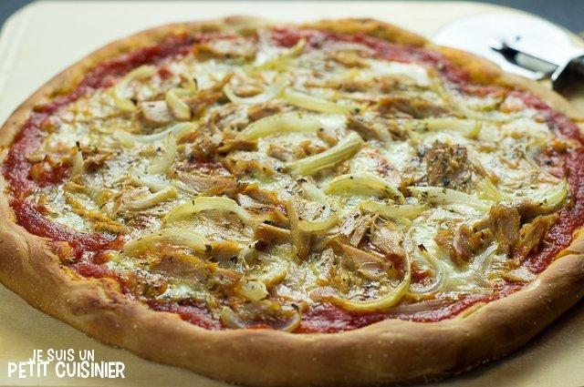 Pizza au thon, oignon et mozzarella