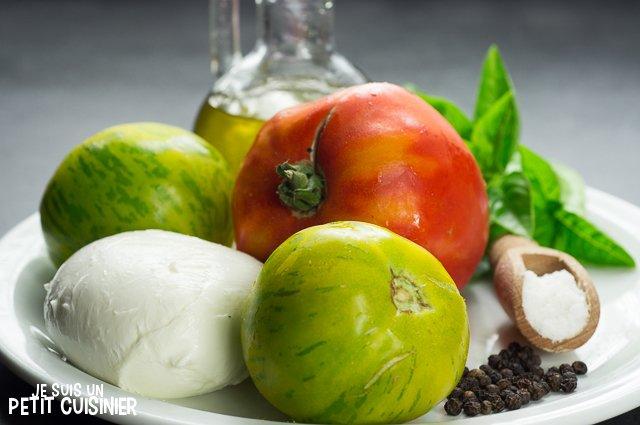 Salade caprese aux tomates cœur de bœuf et green zebra (ingrédients)