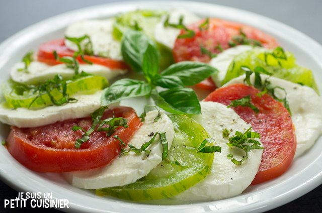 Salade caprese aux tomates cœur de bœuf et green zebra (basilic)