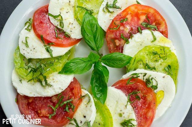 Salade caprese aux tomates cœur de bœuf et green zebra