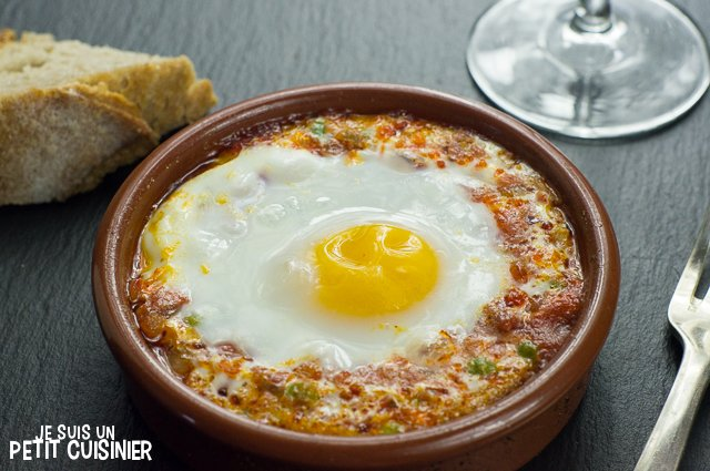 Œufs au four, sauce tomate, chorizo et petits pois