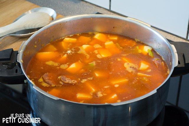 Ragoût de pommes de terre au chorizo (cuisson)