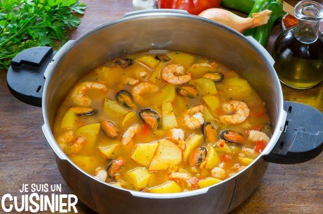Cocotte avec un ragoût de pommes de terre aux fruits de mer