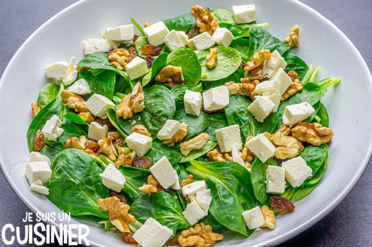 Élaboration de la salade de mâche aux noix et fromage frais