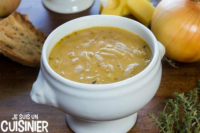 Soupe à l'oignon gratinée dans des bols