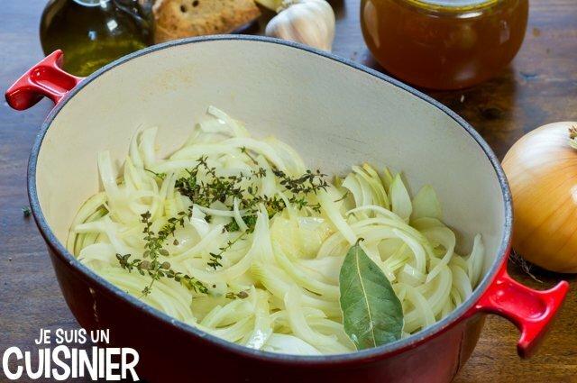 Soupe à l'oignon gratinée (faire suer les oignons)