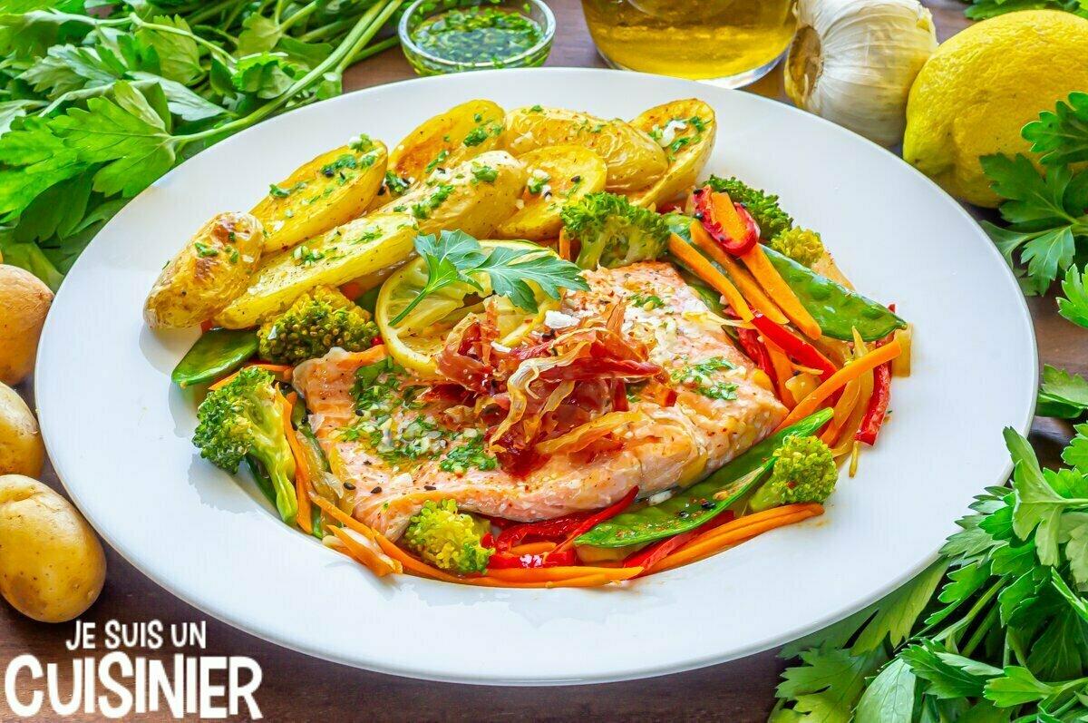 Truite en papillote aux légumes, croustillant de jambon et pommes de terre