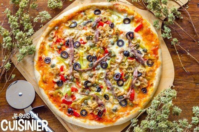 Recette de pizza au thon, anchois et poivrons