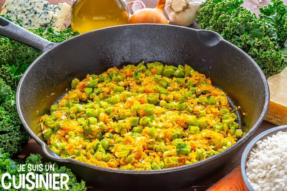 Risotto aux saucisses, chou kale et fromage bleu (oignon et carotte)