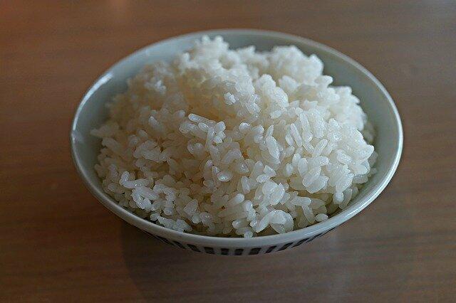 Riz blanc pour accompagner calamars en sauce à l'encre