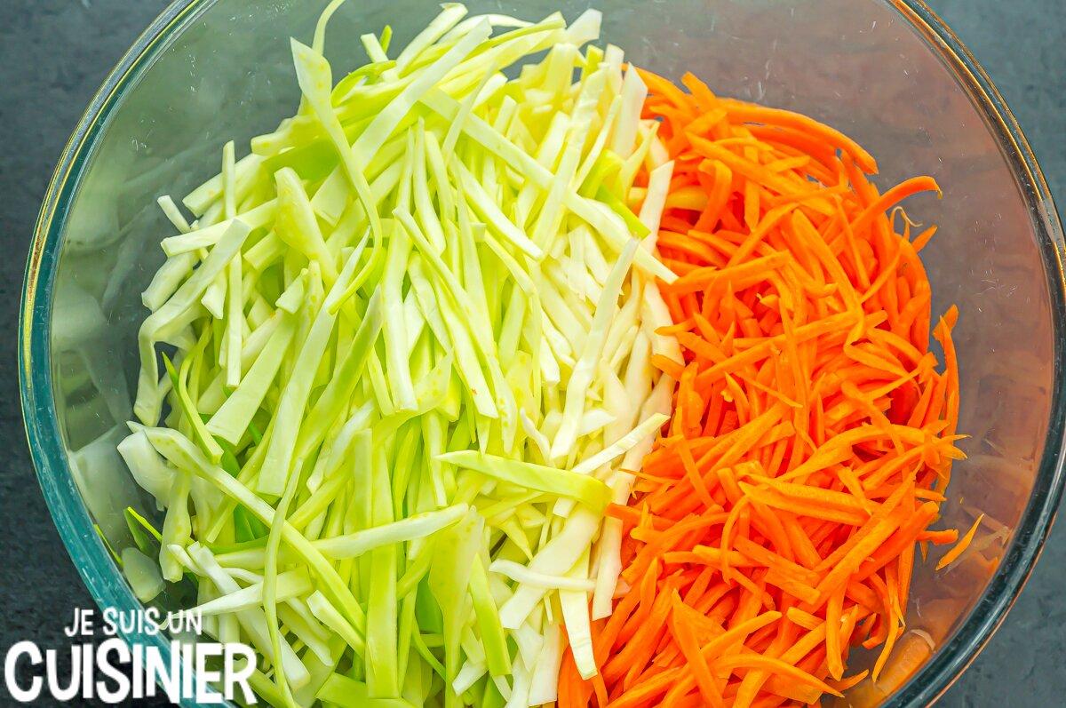 Couper les légumes du coleslaw (salade de chou blanc)